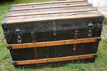 Muž po sobě zanechal desítky historických předmětů. Třeba lodní kufr.