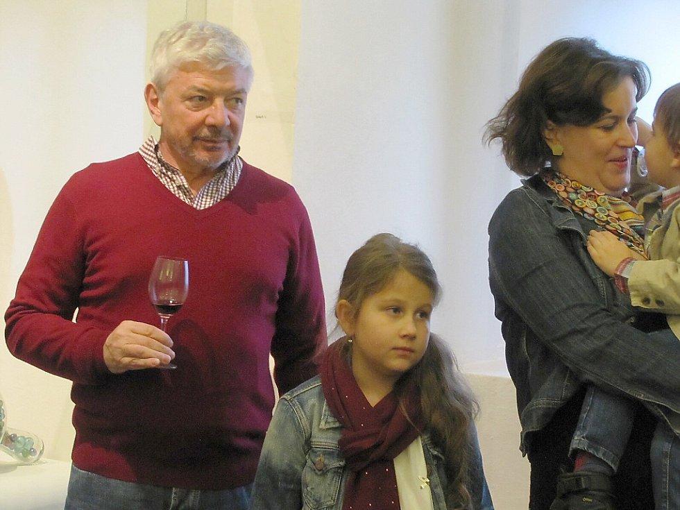 V českolipském muzeu vystavuje brazilský výtvarník Ricardo Hoineff. Vernisáže se zúčastnil také Vladimír Železný, někdejší šéf televizí TV Nova a TV Barrandov.