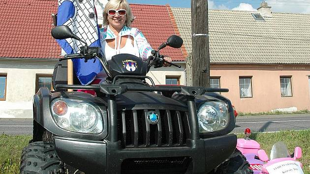 Malotraktory a vehikly všeho druhu se proháněly o víkendu obcí Kravaře, během pátého ročníku Vehicle Grand Prix Kravaře 2010.