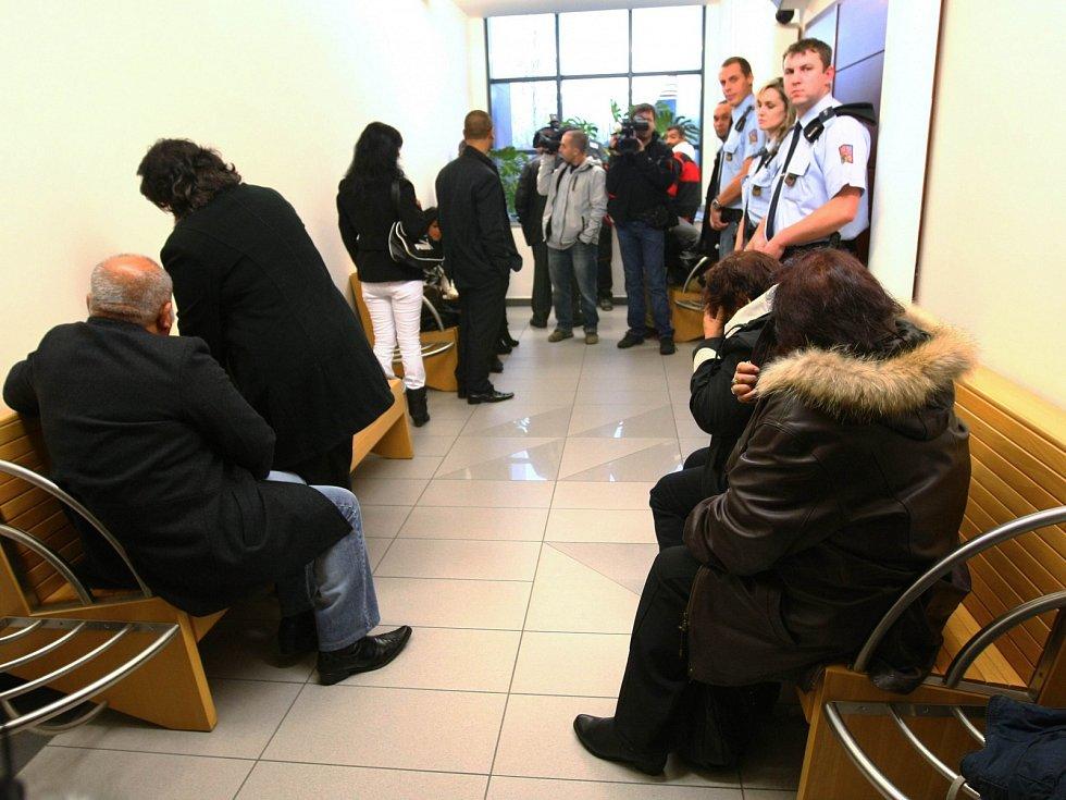 U krajského soudu v Liberci začalo hlavní líčení s pěti mladíky, kteří jsou obžalováni z loňského mačetového útoku v Novém Boru.