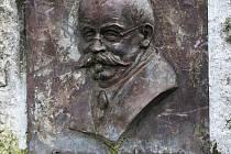 Hudební skladatel a pedagog Franz Mohaupt (1854 - 1916), významná osobnost České Lípy. Na snímku jeho vyobrazení na pamětní desce, jež visí v městském parku u kašny, pojmenované právě po Mohauptovi.