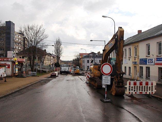 Ještě zhruba tři čtvrtě roku bude procházet jedna z hlavních dopravních tepen Nového Boru kompletní rekonstrukcí.