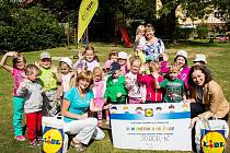Společnost a zákazníci Lidlu, kteří přišli v pondělí nakoupit do zmodernizované prodejny, věnovali místnímu Domu dětí a mládeže Smetanka částku 50 000 Kč.