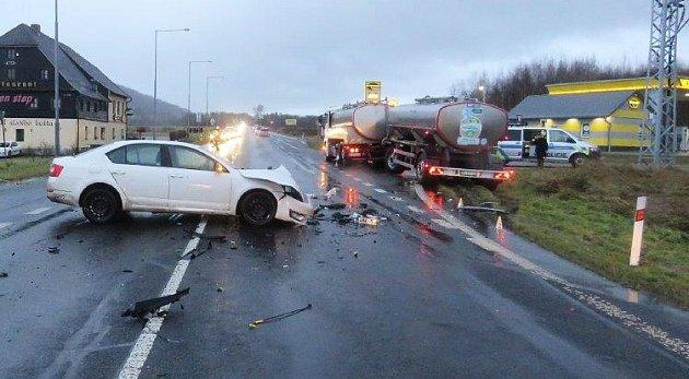 Vpondělí se na silnici č. I/9 stala dopravní nehoda, při které došlo ke střetu osobního a nákladního vozidla.