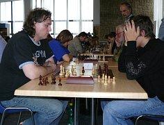 Jiří Gregor z ŠK Holdia Praha je šachistou s extraligovými zkušenostmi. Na Fejfarově memoriálu v Novém Boru potvrdil roli favorita a vyhrál. Petr Kučera (druhý zleva) skončil s odstupem 2,5 bodu stříbrný.