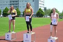 Kristýna Čechlovská (uprostřed) posbírala několik medailí.