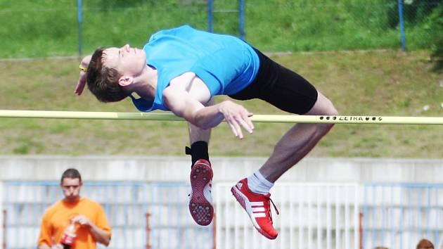 Petr Šimon (ZŠ Jablonné v Podještědí) zvítězil ve skoku vysokém výkonem 190 cm.
