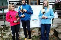 Poháry Českolipského deníku pro nejlepší tři běžce OBL získali: celkový vítěz letošního seriálu Petr Louda, druhá Pavla Loudová (vlevo) a třetí Jana Hrdinová.