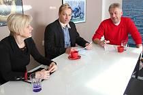 S ředitelem českolipské nemocnice Jaroslavem Kratochvílem (vpravo) jednal náměstek hejtmana Marek Pieter (uprostřed) a vedoucí odboru zdravotnictví Alena Riegerová.