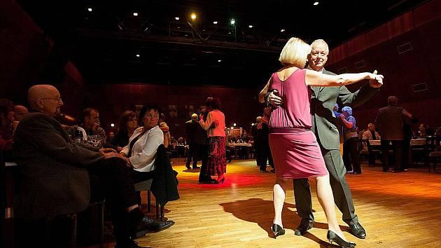K tanci i poslechu hrálo návštěvníkům v sobotu v Kulturním domě Crystal v České Lípě pět předních velkých swingových orchestrů.
