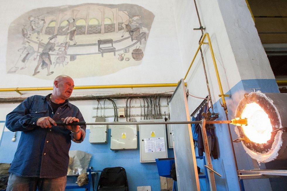 Vynikající sklářský výtvarník z italských Benátek Afro Celotto si před příjezdem poručil úplně nové sklářské píšťaly. A dostal je.