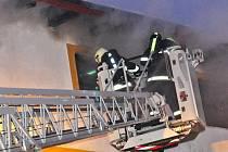 S ohněm, který poškodil třetinu rozsáhlé budovy, bojovalo několik desítek hasičů z Českolipska.
