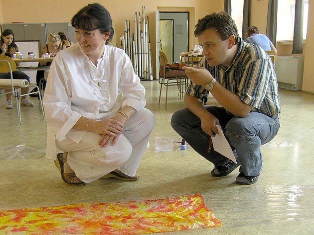 Do atraktivní techniky malby na hedvábí zasvěcovala žáky Obchodní akademie v České Lípě učitelka Monika Hladíková. Na snímku s Martinem Kabrnou.