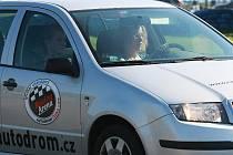 Záludnosti jízdy si otestovala stovka  maminek  pod dohledem zkušených instruktorů na autodromu v Sosnové.  V pondělí tu proběhly kurzy bezpečné jízdy speciálně pro matky s dětmi, které organizuje Liberecký kraj.
