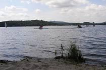 Jednou ze čtyř pláží kolem Máchova jezera je ta pod kopcem Borný. Místní kemp má návštěvníkům co nabídnout.