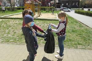 Den Země oslavili školáci z Dubé úklidem přírody.