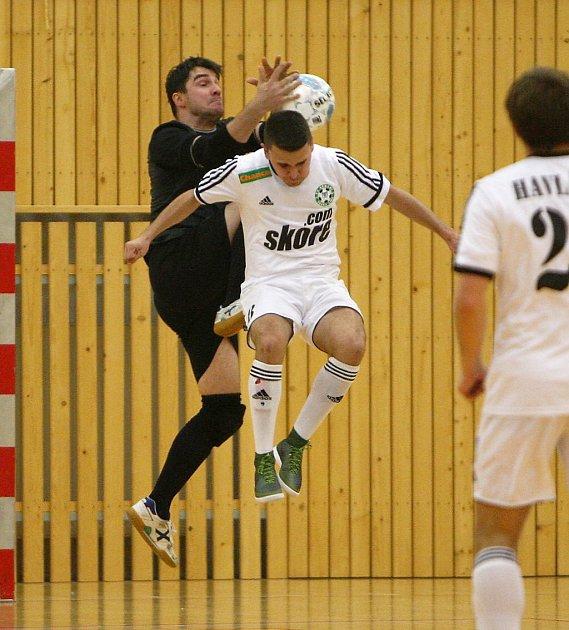 Lakatoš vsouboji shostujícím gólmanem Vozárem.
