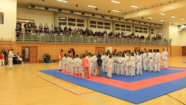 Na akci českolipského klubu SSC přišlo do nové sportovní haly vČeské Lípě přes 220příznivců karate.
