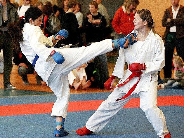 Markéta Barešová z pořádajícího SSC Č. Lípa (vlevo) bojuje s podbořanskou Japinovou.