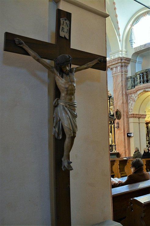 Lidé v respirátorech oslavili nejdůležitější svátek křesťanů na mši. Kněz požehnal i jejich pokrmy