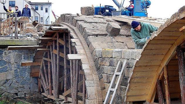 Zámecký most z osmnáctého století již opravovali ve třicátých letech století minulého.