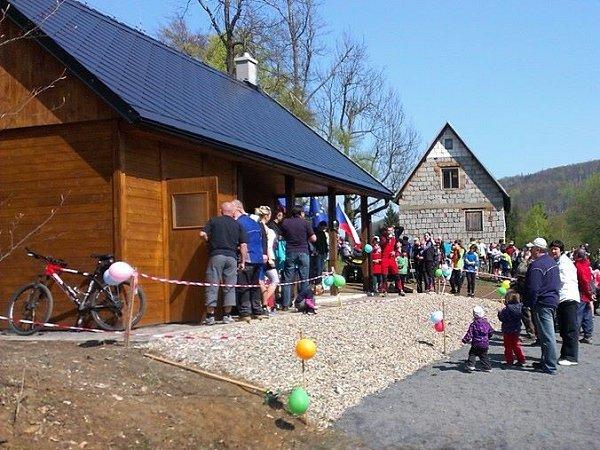 Nová lyžařská bouda ukřižovatky za Polevskem bude sloužit turistům, ale hlavně jako zázemí pro lyžařský oddíl SKI Polevsko, který se stará oběžecké tratě.