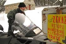 František Fillinger minimálně třikrát týdně usedá za řídítka sněžného skútru a běžecké stopy v okolí Polevska znovu a znovu prořezává.