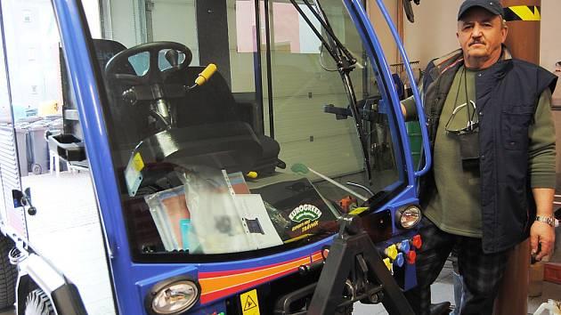 Moderní multifunkční vůz na snadnější údržbu cest a chodníků mají nyní ve Skalici u České Lípy.