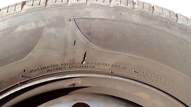 Dva agresivní psi prokousli pneumatiky služebního auta českolipských strážníků.