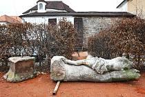 Oprava a navrácení soch na původní místo bude stát nejméně 260 000 korun.