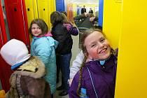 Sedm set dětí základní školy Dr. M. Tyrše může užívat nově vybudované školní šatny. Stály více než deset milionů korun.