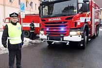Dobrovolné hasičské sbory ze Cvikova a Jablonného v Podještědí převzaly na náměstí ve Cvikově dva hasičské automobily. Nejnovější technikou vybavené a repasované Scanie nahradí letité a nespolehlivé vozy v obou městech.