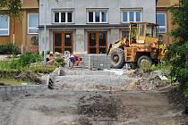 Schodiště před školou se dočká kompletní rekonstrukce.