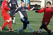 Dvanáct gólů inkasoval Žandov od Benešova (v červeném).