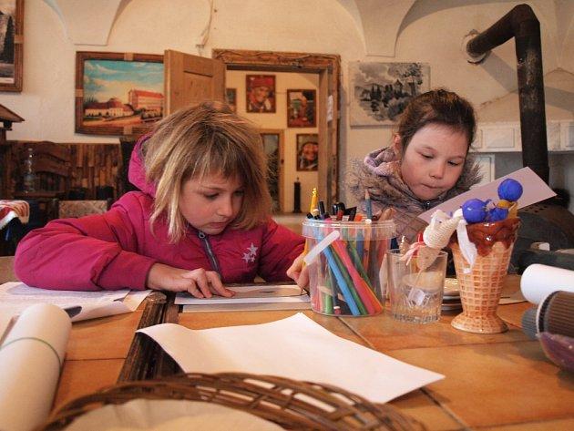 Po celý den bude na zámku v Horní Libchavě otevřená také dětská dílna a připraveny budou čarodějnické hry.