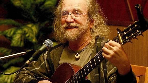 Písničkář, textař, hudebník a legenda českého folku Jaroslav Hutka, jehož nejznámějšími songy jsou Krásný je vzduch nebo Náměšť, koncertoval ve středu v salonku Jiráskova divadla.