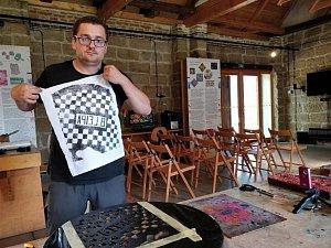 Pokusy s prototypy třiček v českolipském Centru textilního tisku.