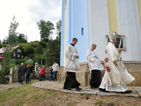 Zachráněný kostel vPrysku ijeho zcela nový oltář vysvětil za účasti mnoha významných hostů Mons. Jan Baxant, biskup litoměřický.