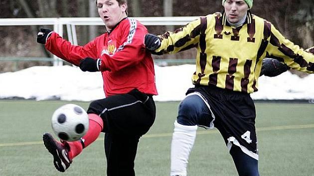 Fotbalisté Mimoně (červené dresy) podlehli v poháru Bukovanům na penalty