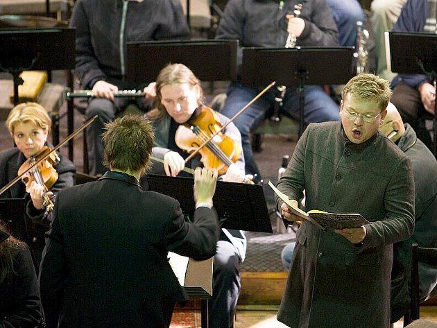Nedělní vánoční koncert v Bazilice Všech Svatých v České Lípě navštívila asi stovka návštevníků. Nelitovali.