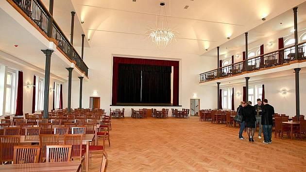 Společenský sál má kapacitu 300 míst. Budou v něm plesy i přednášky.