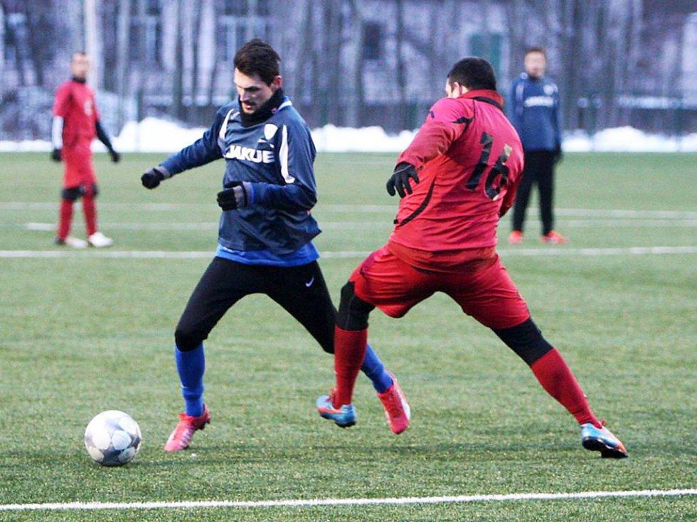 Vokoun (Sosnová - v červeném) se snaží zastavit průnik Müllera.