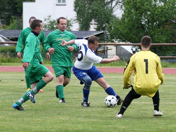 Zákupy - Sloup  1:4. Štummer se probíjí mezi Stejskalem a Kočím před hostujícího gólmana Tománka.