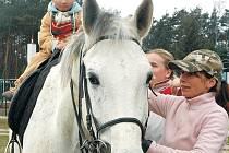 Vylézt na koňský hřbet a projet se na tomto zvířeti, se v sobotu nebály ani malé děti a spolu s rodiči tak přispěly na topolanský útulek