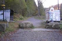 Průjezdu aut v Krompachu brání velké kameny