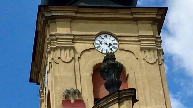 Přestože kostelní hodinky ukazují za pět minut půl čtvrté, novopečený zvoník Martin Šimončič uvnitř odbíjí pravé poledne.