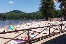 Osobité kouzlo má areál přírodního koupaliště ve Sloupu v Čechách ukrytý v malebném údolí obklopeném lesy a kopci.