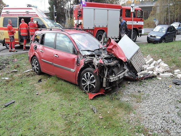 Nedaleko Sosnové se srazilo auto s osobním vlakem. Při nehodě se zranily dvě ženy, které cestovaly ve vozidle.