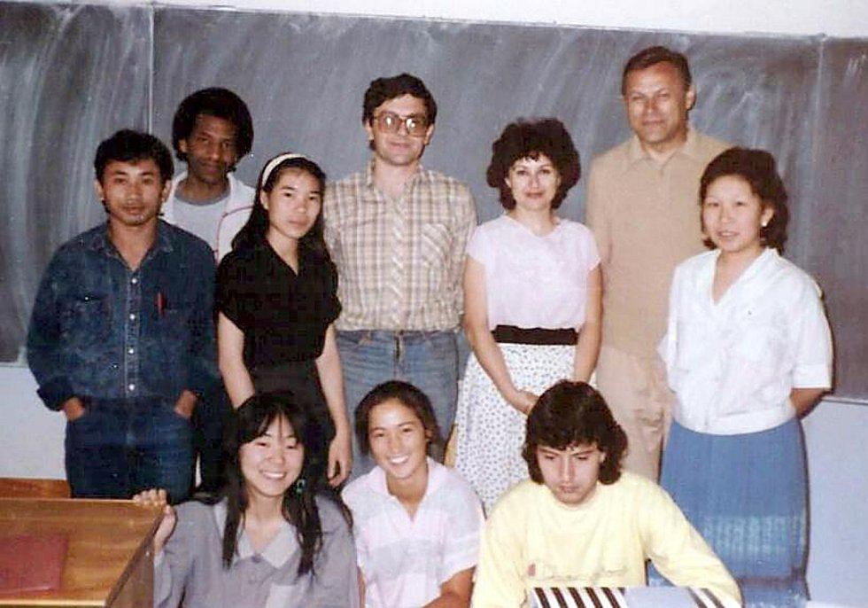 Učitelé a studenti Studijního střediska Univerzity Karlovy,  Zahrádky v roce 1987.