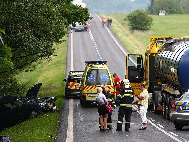 Vážná dopravní nehoda se stala v úterý v podvečer před odbočkou na letiště na Ladech u České Lípy. Mladý řidič opelu při ní utrpěl poranění hlavy a musel být napojen na dýchací přístroje.